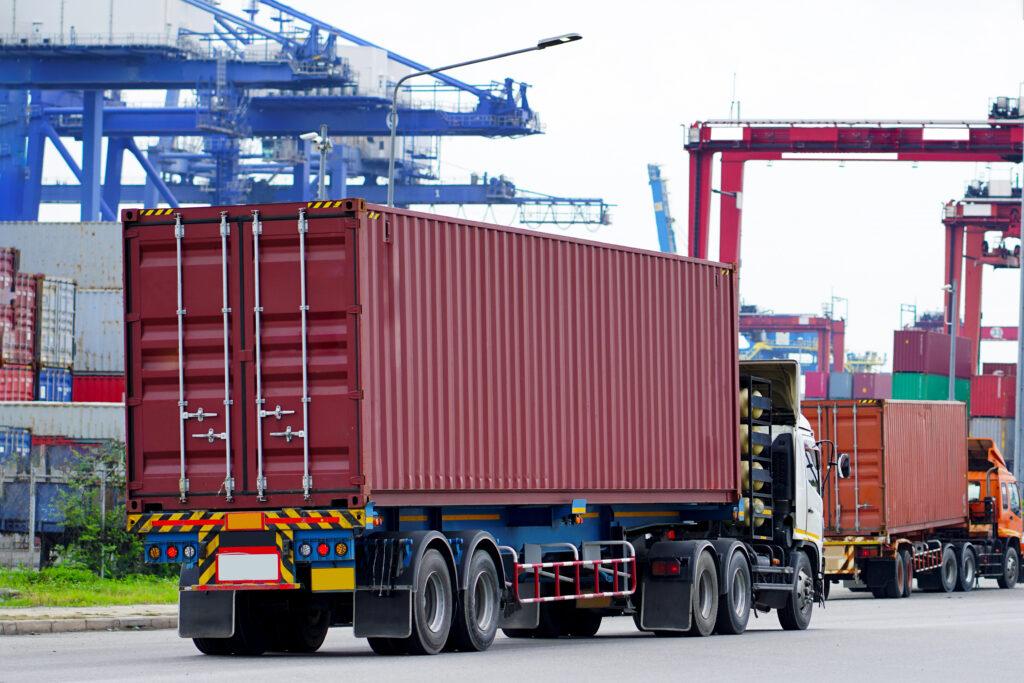 kontenery w drodze do portu